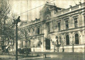 1200px-Casa_Central_U_de_Chile_-_Masacre_Seguro_Obrero